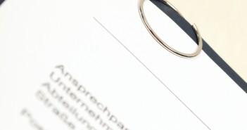 besondere Büroklammer auf Bewerbungsmappe
