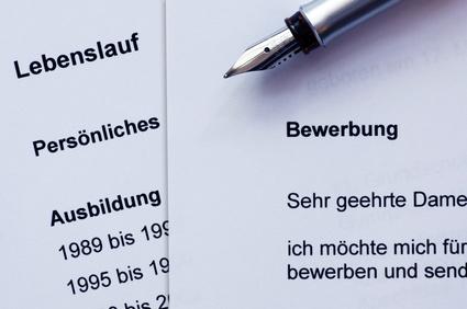 Bewerbungsunterlagen und ein Füller für die Unterschrift