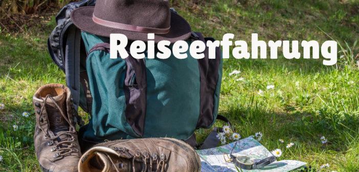 Rucksack, Wanderstiefel und eine Wanderkarte